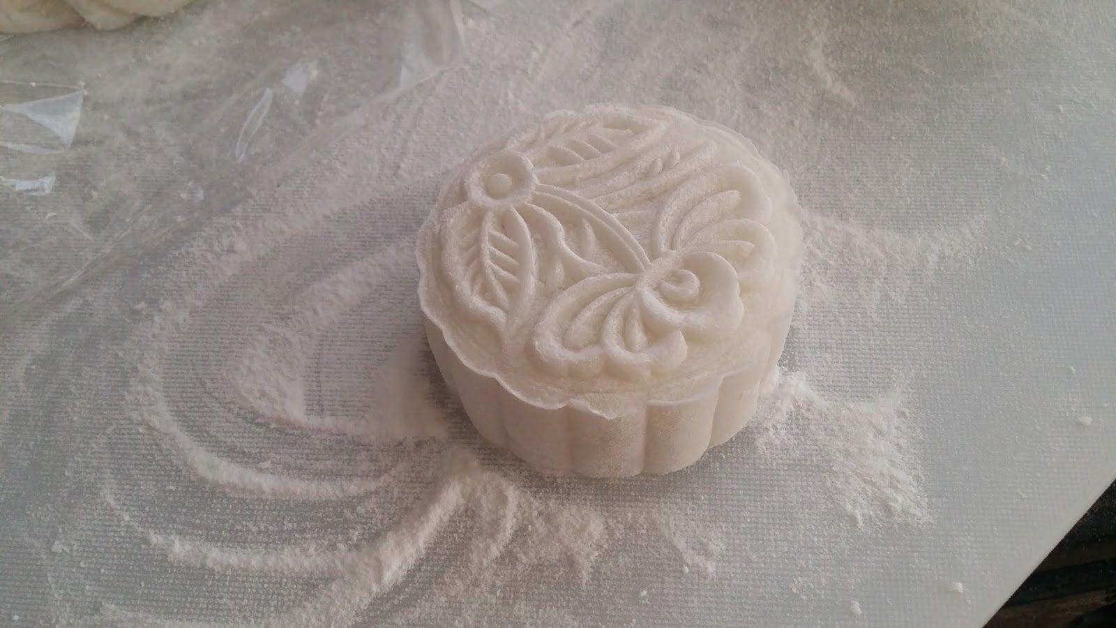 Tiếp theo cho bột bánh dẻo vào các hỗn hợp đó, trộn điều cho đến khi bột hoàn toàn dính lại thành một khối bột mịn. Để thử độ dẻo và chất lượng bột đã trộn thành công hay chưa bạn dùng tay kéo một phần nhỏ bột ra xa. Nếu phần bột dẻo mịn không thấy lợn cợn và không dính tay thì bạn có thể làm bước tiếp theo rồi.